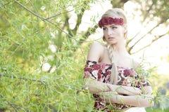 Блондинка нося крону цветка Стоковое фото RF