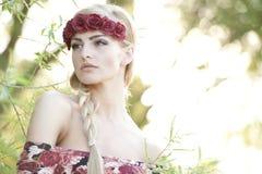 Блондинка нося крону цветка Стоковое Изображение RF