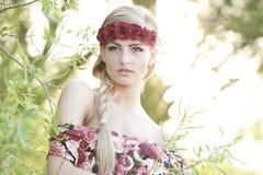 Блондинка нося крону цветка Стоковое Фото