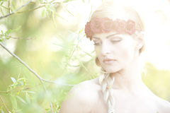 Блондинка нося цветок Cown Стоковая Фотография RF