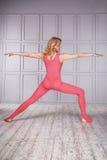 Блондинка спортсмена гимнаста женщины красивая одела в специальном костюме для одежды спорта йоги фитнеса призонной сделанной ней Стоковая Фотография RF