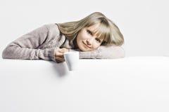 Блондинка с белой чашкой стоковое изображение rf