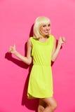 Блондинка с большими пальцами руки вверх Стоковые Фотографии RF