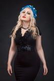 Блондинка с венком на ее головной усмехаться Стоковое Фото