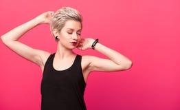 Блондинка с модным стилем причёсок Стоковое Изображение