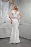 Блондинка элегантной, красивой, модной женщины в длинном белом dre Стоковая Фотография