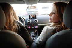 2 блондинкы в автомобиле Стоковые Изображения