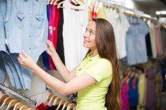 Блузка покупок женщины в магазине одежды Стоковая Фотография RF