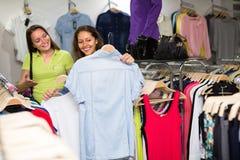 Блузка покупок женщины в магазине одежды Стоковое фото RF