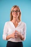 Блузка симпатичной блондинкы нося белая Стоковое Изображение