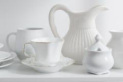 блюда и вазы на белой деревянной полке Стоковое Изображение RF