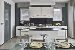 Блюда на таблице в современной кухне Стоковые Фотографии RF