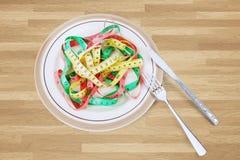 Блюда с красочной лентой измерения на таблице Стоковые Изображения