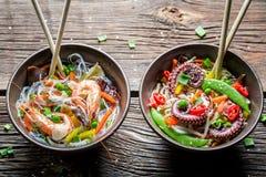 2 блюда с овощами, лапшами и морепродуктами Стоковые Изображения