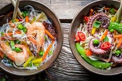 2 блюда с овощами и морепродуктами Стоковые Фото