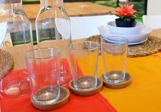 Блюда с стеклянной и стеклянной бутылкой на таблице Стоковая Фотография RF