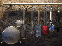 Блюда Kittchen на стене Стоковые Изображения RF