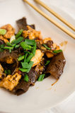 Блюдо грибов уха цыпленка и древесины Стоковое фото RF