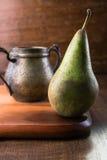 Блюдо груши и бронзы на деревянной разделочной доске Стоковое Изображение
