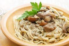 Блюдо глиняного кувшина с tagliatelle и грибами Стоковые Фото
