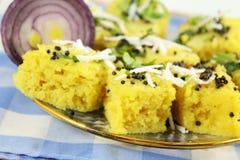 Блюдо легкой закускы традиционного gujrati dhokla Khaman индийское стоковые фото