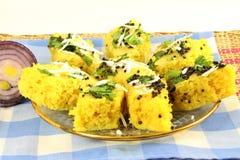Блюдо легкой закускы традиционного gujrati dhokla Khaman индийское стоковое фото