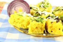 Блюдо легкой закускы традиционного gujrati dhokla Khaman индийское стоковые изображения