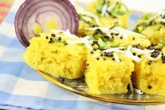 Блюдо легкой закускы традиционного gujrati dhokla Khaman индийское стоковое фото rf