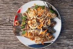 Блюдо зажаренных рыб на предпосылке старого деревянного стола Стоковые Изображения