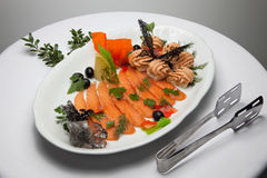 Блюдо красных рыб с оливками стоковое изображение rf