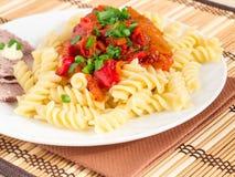 Блюдо обеда итальянских макаронных изделий и овощ sauce Стоковые Изображения