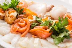Блюдо очень вкусной закуски с копчеными рыбами Стоковое фото RF