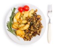 Блюдо при зажаренные картошки и cepes изолированные на белом backgroun Стоковое фото RF