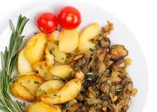 Блюдо при зажаренные картошки и cepes изолированные на белом backgroun Стоковые Изображения