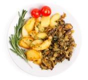 Блюдо при зажаренные картошки и cepes изолированные на белом backgroun Стоковое Изображение RF