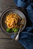 Блюдо простых спагетти с томатным соусом и базиликом Стоковая Фотография
