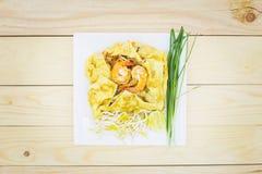 Блюдо пусковой площадки морепродуктов тайское лапшей жареных рисов на квадратной белизне pl Стоковые Фотографии RF