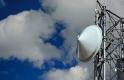 Блюдо радиовышки микроволны на солнечный ясный день Стоковые Изображения