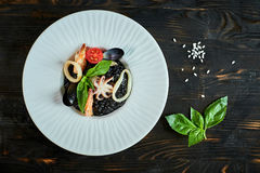 Блюдо ризотто с чернилами кальмара на сером jpg плиты стоковая фотография