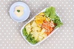 Блюдо салата служило с заполненной сливк на сером цвете Стоковая Фотография