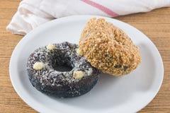 Блюдо свежего донута шоколада и донута арахисов Стоковое Фото