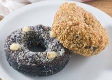 Блюдо свежего донута шоколада и донута арахисов Стоковое Изображение