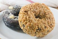 Блюдо свежего донута шоколада и донута арахисов Стоковая Фотография RF
