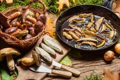 Блюдо с грибами и луками леса Стоковая Фотография RF