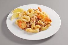 Блюдо с зажаренными кольцами креветки и кальмара Стоковые Изображения RF