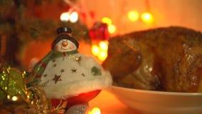 Блюдо с зажаренным цыпленком в вечере на Рожденственской ночи акции видеоматериалы