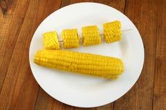 Блюдо с кипеть corns на деревянной предпосылке Стоковая Фотография RF