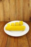 Блюдо с кипеть corns на деревянной предпосылке Стоковое Изображение