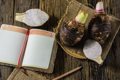 Блюдо таро на таблице в старой древесине Стоковая Фотография RF