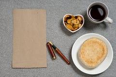 Блюдо формы сердца закуски хлеба кофе на таблице камня гранита Стоковые Изображения